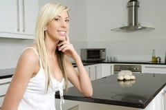 Junge Frau in der Kücheeinstellung Lizenzfreie Stockfotografie