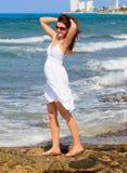 Junge Frau an der Küste Lizenzfreie Stockfotografie