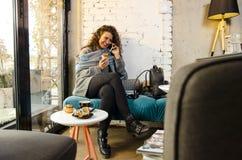 Junge Frau in der Kaffeestube lizenzfreie stockfotos
