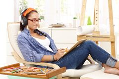 Junge Frau an der kreativen Freizeit Lizenzfreie Stockbilder