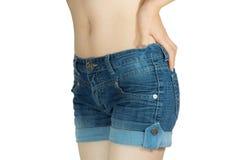 Junge Frau in der kurzen Jeanshose Stockfoto