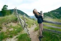 Junge Frau in der Landschaft Lizenzfreie Stockfotos