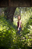 Junge Frau in der Landschaft Stockfoto