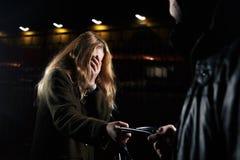 Junge Frau DER MÄDCHEN-SELBSTVERTEIDIGUNG A sieht eine misstrauische Person, hinter ihr und Pläne sich gegen einen Mann verteidig Lizenzfreies Stockfoto