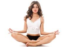 Junge Frau in der Meditationhaltung Lizenzfreie Stockfotografie