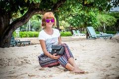 Junge Frau der Mode auf dem Strand Luxus-snakeskin Pythonschlangenhandtasche in ihren Händen Sonniger Tag Tropeninsel Bali lizenzfreie stockbilder