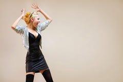 Junge Frau der Mode, die über Hintergrund schreit Lizenzfreie Stockbilder