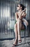 Junge Frau der Mode, die an sitzt Lizenzfreies Stockfoto