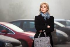 Junge Frau der Mode an einem nebeligen Morgen Lizenzfreie Stockbilder