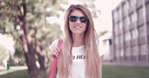 Junge Frau in der modischen Ausstattung lächelnd an der Kamera Stockfoto