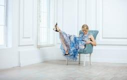 Junge Frau in der modischen Kleidung, die Spaß zuhause hat stockbilder