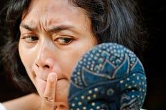 Junge Frau der Nahaufnahme, die Gesichtsprobleme überprüft Stockfoto