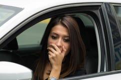 Junge Frau der Nahaufnahme, die im Auto aufeinander einwirkt unter Verwendung der Körpersprache sitzt, wie vom äußeren Treiberfen stockfotos