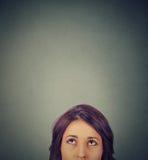 Junge Frau der Nahaufnahme, die oben schaut Lizenzfreie Stockbilder