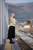 Junge Frau an der Randeisenbahnplattform Stockfotografie