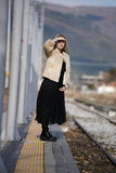 Junge Frau an der Randeisenbahnplattform Stockfoto