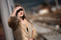 Junge Frau an der Randeisenbahnplattform Lizenzfreies Stockfoto