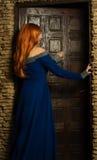Junge Frau in der Renaissancekleid-offenen Tür Stockfoto