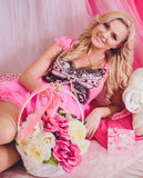 Junge Frau in der rosa Modekleidung Stockfotografie