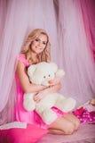 Junge Frau in der rosa Modekleidung Stockbilder