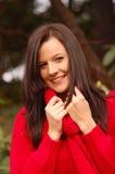 Junge Frau in der roten Strickjacke Stockfotografie