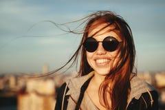 Junge Frau in der runden Sonnenbrille, die Spaß hat Stockbilder