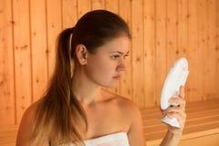 Junge Frau in der Sauna Stockbild