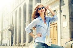 Junge Frau der Schönheit auf städtischem Hintergrund Stockfotos