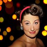 Junge Frau der Schönheit an der fünfziger Jahre Nachtpartei Stockfotos
