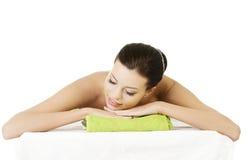 Junge Frau der Schönheit, die im Badekurort sich entspannt. Lizenzfreie Stockfotografie