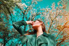 Junge Frau der Schönheit, die im Frühjahr Apfelgarten der Natur, glückliches schönes Mädchen in einem Garten mit blühenden Obstbä stockfotos