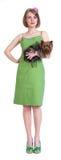 Junge Frau der Schönheit im grünen Kleid mit Hund Lizenzfreie Stockfotografie