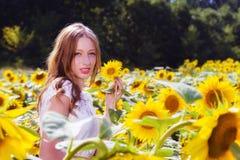 Junge Frau der Schönheit im Sonnenblumenfeld Lizenzfreie Stockbilder