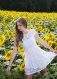 Junge Frau der Schönheit im Sonnenblumenfeld Stockbilder