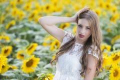 Junge Frau der Schönheit im Sonnenblumenfeld Lizenzfreies Stockfoto