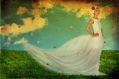 Junge Frau der Schönheit im weißen Kleid Lizenzfreies Stockfoto
