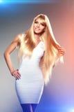 Junge Frau der Schönheit, langes blondes Luxushaar Haarschnitt, Franse Gir Lizenzfreies Stockfoto