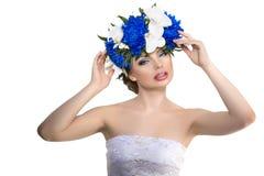 Junge Frau der Schönheit, langes gelocktes Luxushaar mit Orchideenblume H Lizenzfreie Stockfotos
