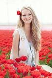 Junge Frau der Schönheit mit Blumentulpen Lizenzfreies Stockbild