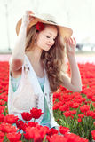 Junge Frau der Schönheit mit Blumentulpen Stockbild