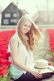 Junge Frau der Schönheit mit Blumentulpen Stockfotos