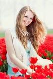 Junge Frau der Schönheit mit Blumentulpen Lizenzfreies Stockfoto