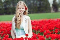 Junge Frau der Schönheit mit Blumentulpen Lizenzfreie Stockbilder