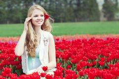 Junge Frau der Schönheit mit Blumentulpen Stockfoto