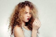 Junge Frau der Schönheit mit dem gelockten großen und langen Haar Stockfoto