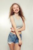 Junge Frau der Schönheit mit dem gelockten großen und langen Haar Lizenzfreies Stockfoto
