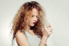 Junge Frau der Schönheit mit dem gelockten großen und langen Haar Stockfotografie