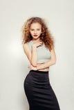Junge Frau der Schönheit mit dem gelockten großen und langen Haar Lizenzfreie Stockfotos