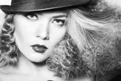 Junge Frau der Schönheit mit dem gelockten großen und langen permed Haar Stockfoto