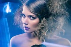 Junge Frau der Schönheit mit dem gelockten großen und langen permed Haar Stockbild